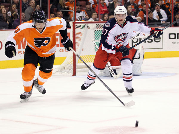 Steve Downie goes after the puck against the Blue Jackets´ Ryan Murray. (Yong Kim/Staff Photographer)