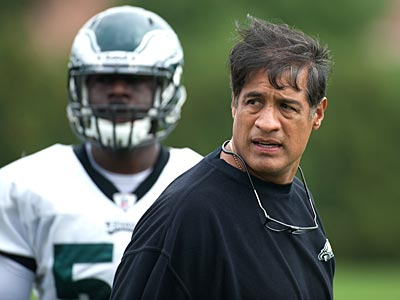 Juan Castillo will return for another season as the Eagles´ defensive coordinator. (Clem Murray/Staff Photographer)