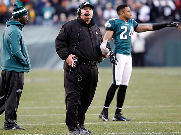 The Eagles&acute; Head Coach Andy Reid watches the final play of game with<br />Michael Vick and Nnamdi Asomugha. (Yong Kim/Staff Photographer)