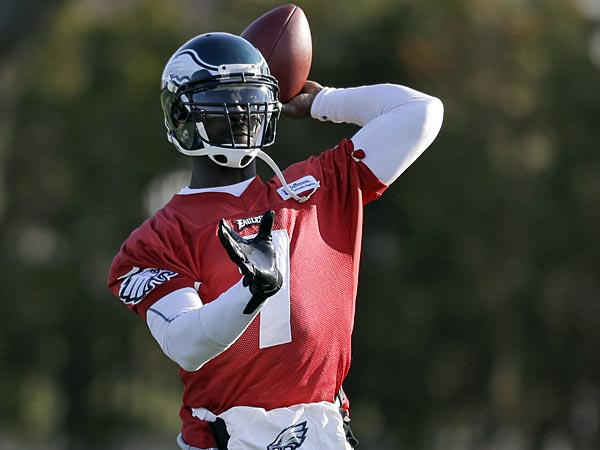 Eagles quarterback Michael Vick passes during practice at<br />the team&acute;s NFL football training facility, Wednesday, Dec. 19, 2012,<br />in Philadelphia. (AP Photo/Matt Rourke)