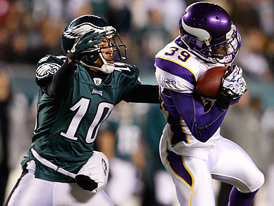 DeSean Jackson tries to tackle Husain Abdullah after he intercepted Michael Vick´s pass. (Ron Cortes / Staff Photographer)