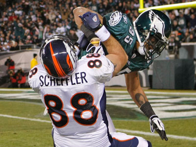 Eagles Safety Macho Harris was fined for the block he laid on the Broncos&acute; Tony Scheffler  last Sunday (Ron Cortes / Staff Photographer)<br />