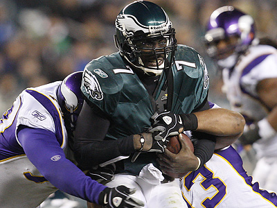 Protecting Michael Vick from the Packers´ pass rush will be a key for the Eagles Sunday. (David Maialetti / Staff Photographer)