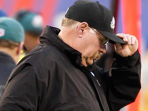 Eagles head coach Andy Reid tips his hat in the closing seconds of the<br />game. (Ron Cortes/Staff Photographer)