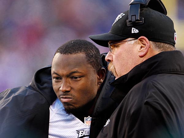Eagles head coach Andy Reid talks with LeSean McCoy in the closing minutes of the game. (Ron Cortes/Staff Photographer)