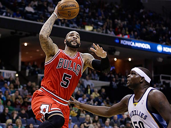 The Bulls´ Carlos Boozer goes to the basket over the Grizzlies´ Zach Randolph. (Danny Johnston/AP)
