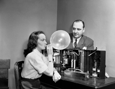 "Demonstration of ""Drunkometer,"" a predecessor of the Breathalyzer, in  1950. (AP/Carl Nesensohn)"