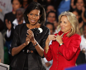 Michelle Obama (left) and Jill Biden drew about 3,000 to yesterday´s rally. Her look is motivational.