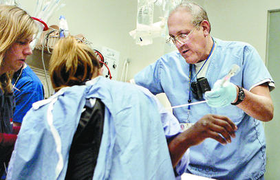 Surgeon Steven Ross and coworkers treat a gunshot victim at Cooper University Hospital´s trauma center in Camden.