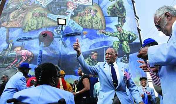 "Roscoe Draper, 90, gives a thumbs-up following the dedication of the city´s 3,000th mural, titled ""The Tuskegee Airmen, Great American Heroes: They Met the Challenge."""