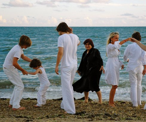 """French filmmaker Agnès Varda, 81, and family in """"The Beaches of Agnès,"""" which whisks viewers to beaches and neighborhoods that inspired her."""