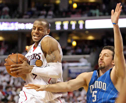 Sixer Andre Iguodala took a pass while being defended by the Orlando Magic´s Hedo Turkoglu during a game in April.
