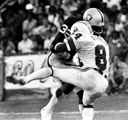 The Raiders´ Jack Tatum (32) rocked New England Patriots receiver Darryl Stingley on this tackle during a preseason game in 1978. The bone-jarring hit left Stingley paralyzed. (RON RIESTERER / Oakland Tribune)