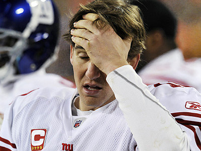 Eli Manning threw four interceptions in the Giants´ 45-17 loss to the Packers in Green Bay. (Jim Prisching/AP)