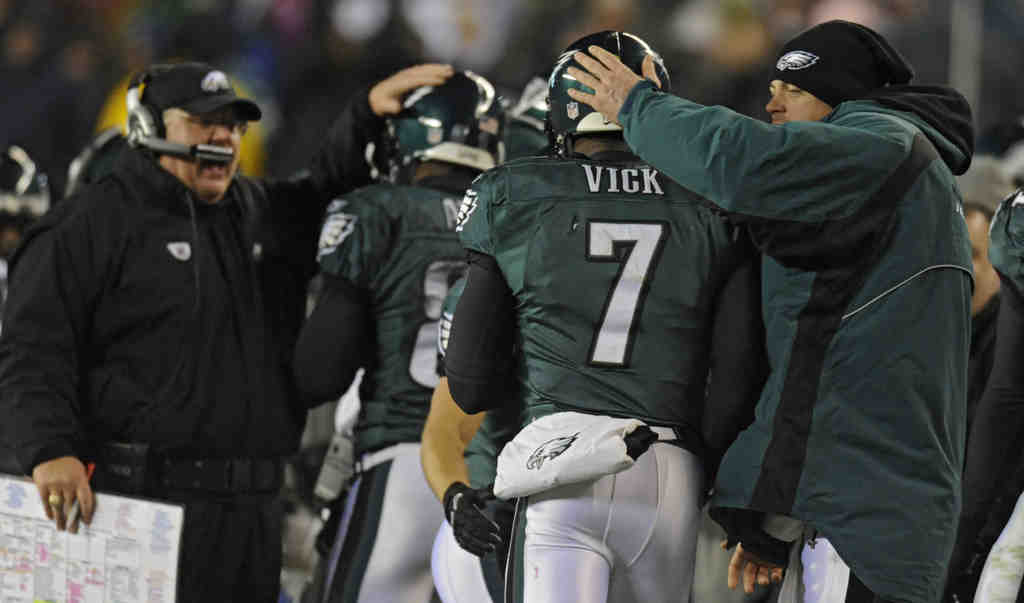 Eagles backup Kevin Kolb pats starting quarterback Michael Vick on the helmet during Sunday´s loss to Green Bay.