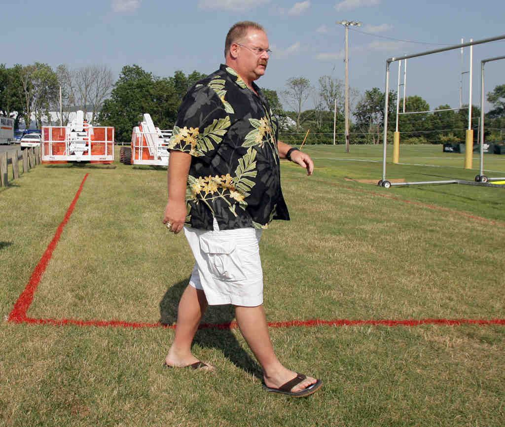 It´s hard to miss Eagles coach Andy Reid when he´s wearing his Hawaiian shirt. Or his black jumpsuit, for that matter.
