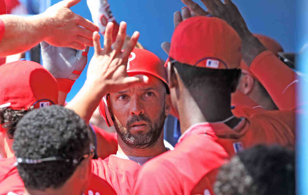 Phillies´ Raul Ibanez (center) is congratulated after hitting home run against Blue Jays in third inning yesterday.