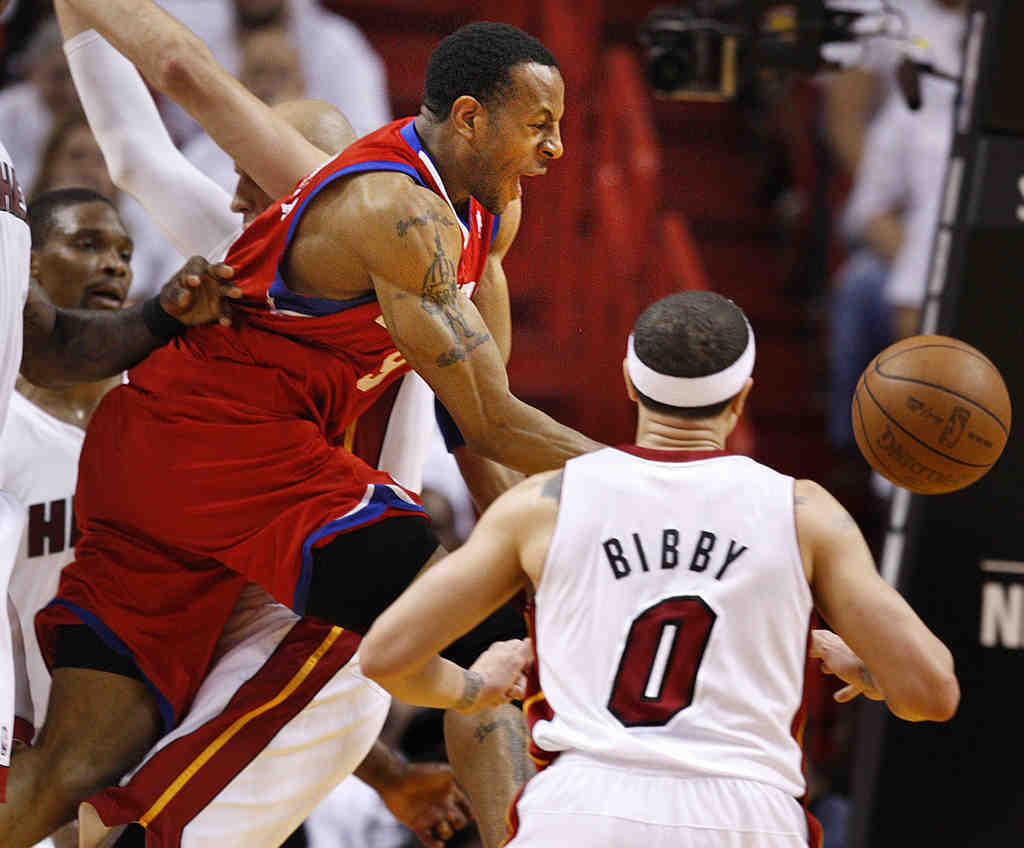 The 76ers´ Andre Iguodala tries to drive through Miami defenders in the second half Monday.