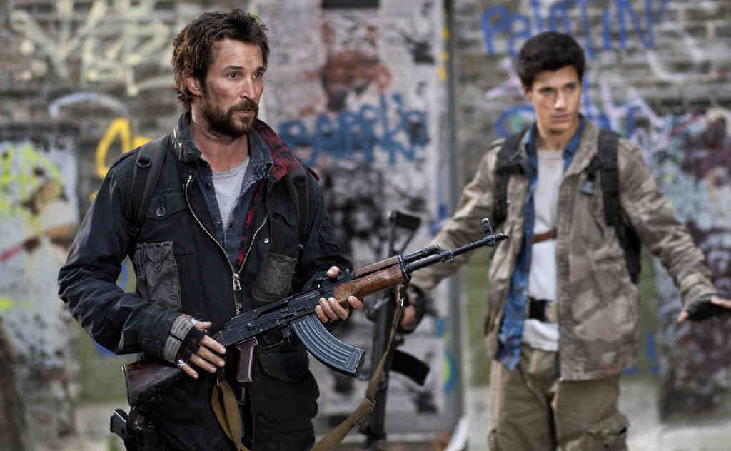 Noah Wyle as Tom Mason and Drew Roy as one of his sons, Hal. Wyle´s character is a history prof with a sprinkling of Rambo, a leader of the force battling the alien invaders. He talks a lot about the Revolutionary War and the ragtag band that triumphed.