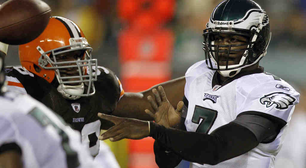 Michael Vick gets off a pass under pressure from the Browns´ Phil Taylor. The Eagles quarterback later praised the rookie.