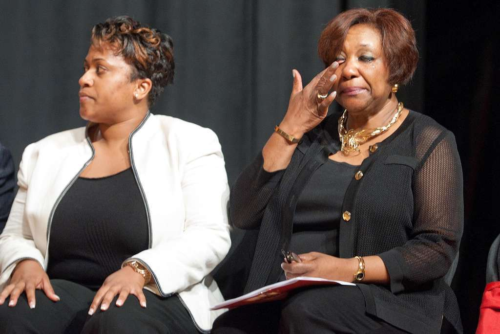 Arlene C. Ackerman, who defied Evans, wiped away a tear at principals´ meeting Aug. 19. At left was aide Darienne Driver.