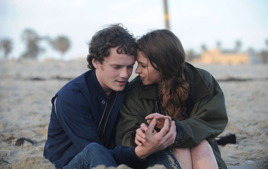 Anton Yelchin and Felicity Jones in Drake Doremus´ low-key romance of two lovers living parallel lives.