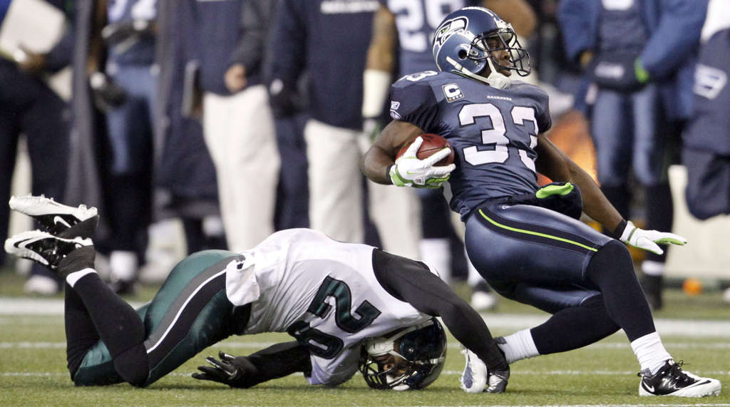 Seahawks´ Leon Washington eludes Eagles´ Nate Allen in first quarter.