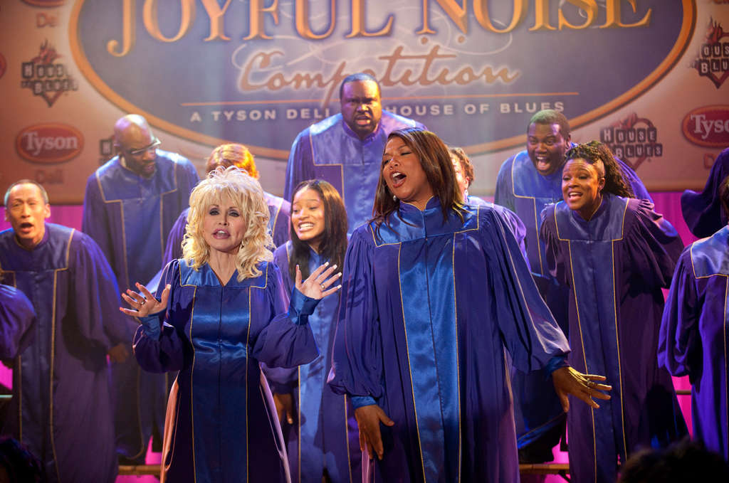 "Dolly Parton and Queen Latifah are rivals for a chorus director´s post in ""Joyful Noise."" The singing truly inspires, the story line not so much."