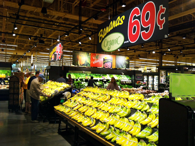 Wegmans Shoppers are greeted at the KOP location´s entrance by displays of organic strawberries and bananas (above).