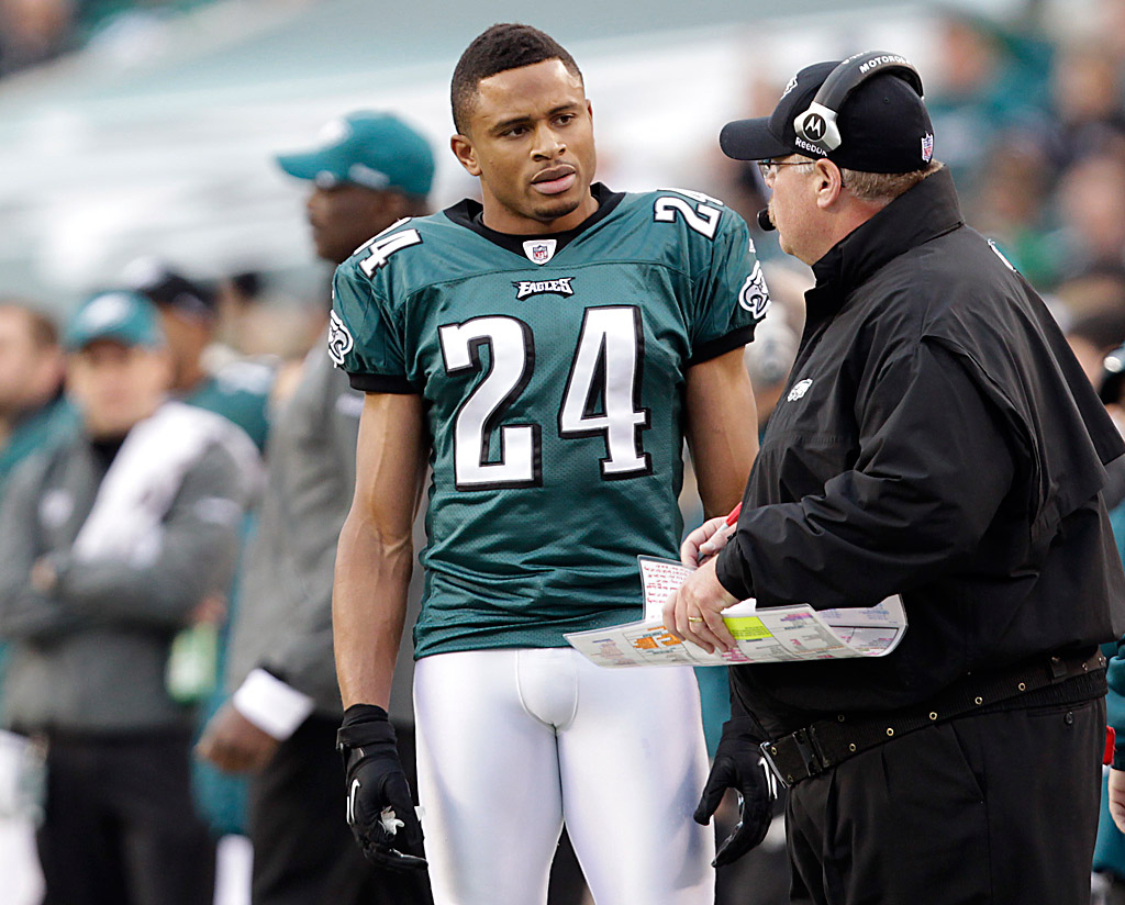 Nnamdi Asomugha, left, talks to Andy Reid in the fourth quarter of the Eagles´ 21-17 loss to the Arizona Cardinals on November 13. DAVID MAIALETTI / Staff Photographer