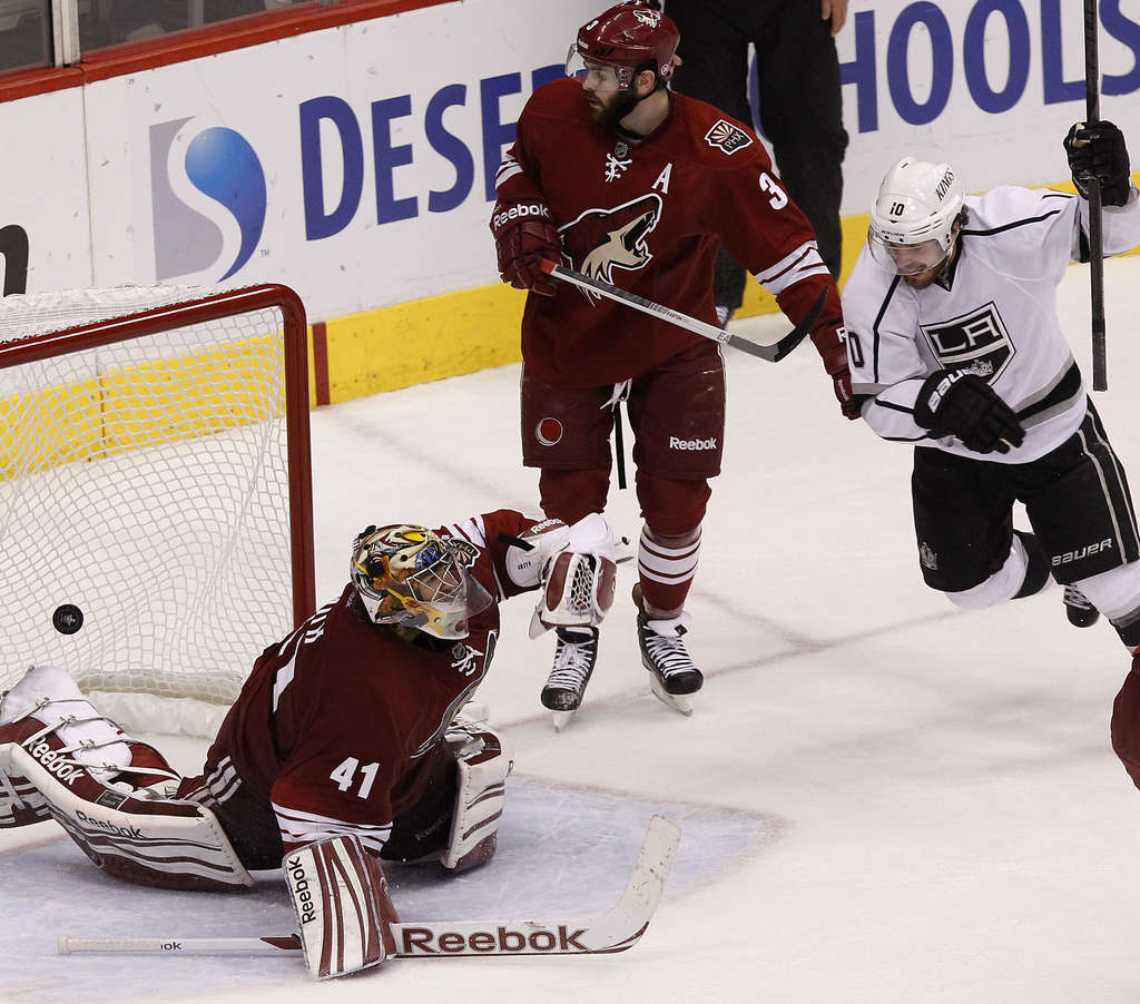 Mike Richards celebrates Dustin Penner´s overtime goal that beat Phoenix goalie Mike Smith and lifted Los Angeles Kings into the finals.