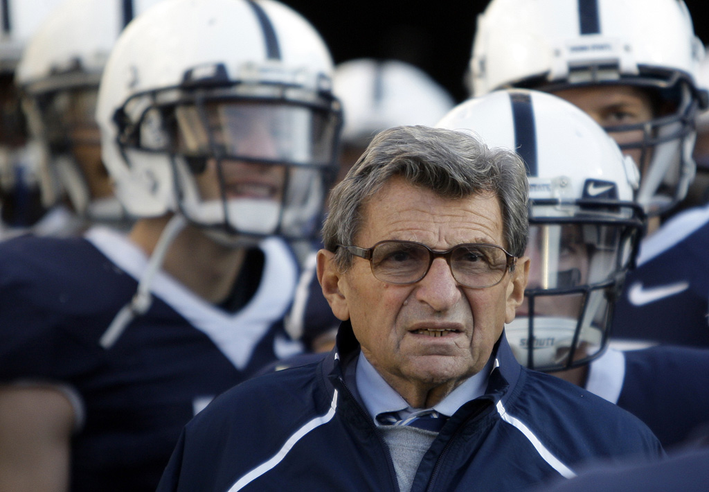 Joe Paterno with his team in 2009.