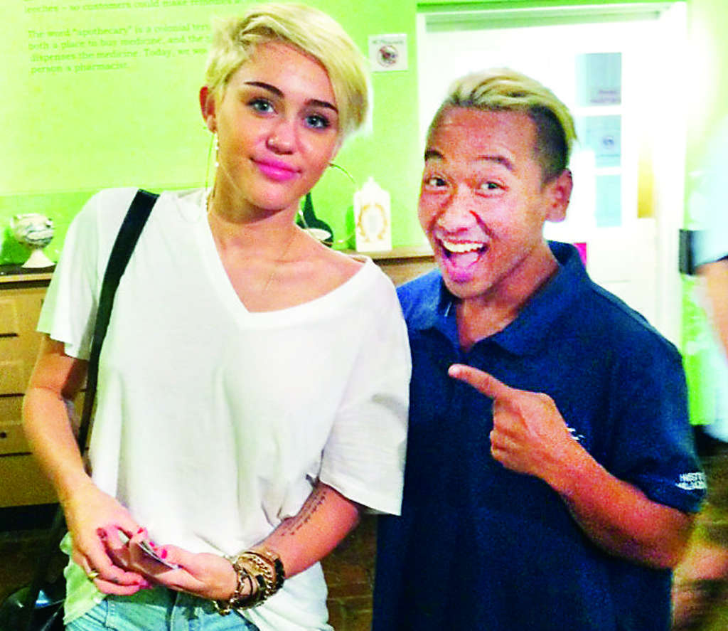 Betsy Ross House staff member Con Quach (right) is thrilled to meet Miley Cyrus (left).