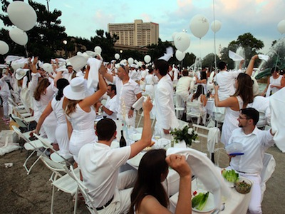 Couples enjoy Philadelphia´s first Diner en Blanc on Logan Circle. STEVEN M. FALK / Staff Photographer