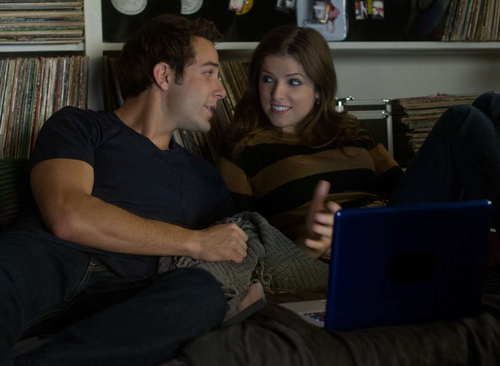 Skylar Astin, Anna Kendrick: He´s a Treblemaker, she´s a Bella, and fraternization is forbidden.