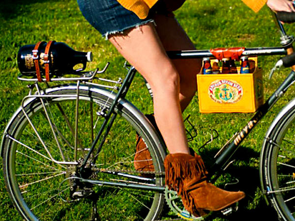 A 6 Pack Frame Cinch ($24, etsy.com) is an easy way to carry pints back home on the bicycle´s crossbar.