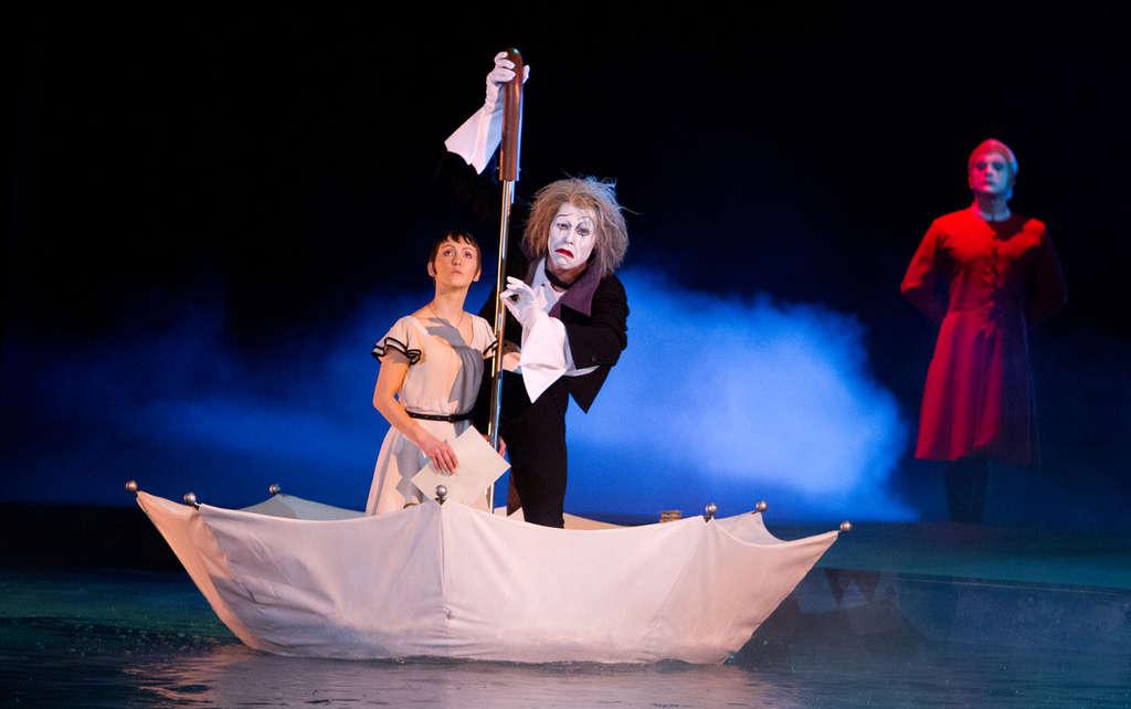 The Cirque du Soleil film by producer James Cameron and director Andrew Adamson features Erica Linz (left), Benedikt Negro.