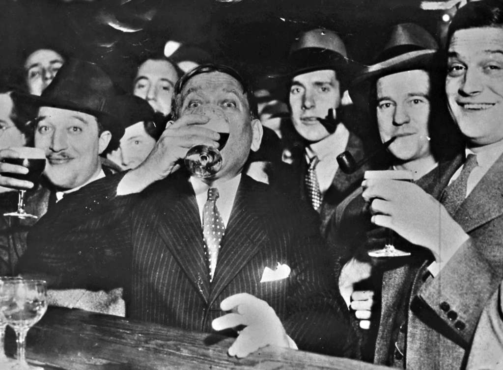 Noted columnist of the day H.L. Mencken (center) enjoys the first legal glass of beer in Baltimore, after Prohibition´s demise.
