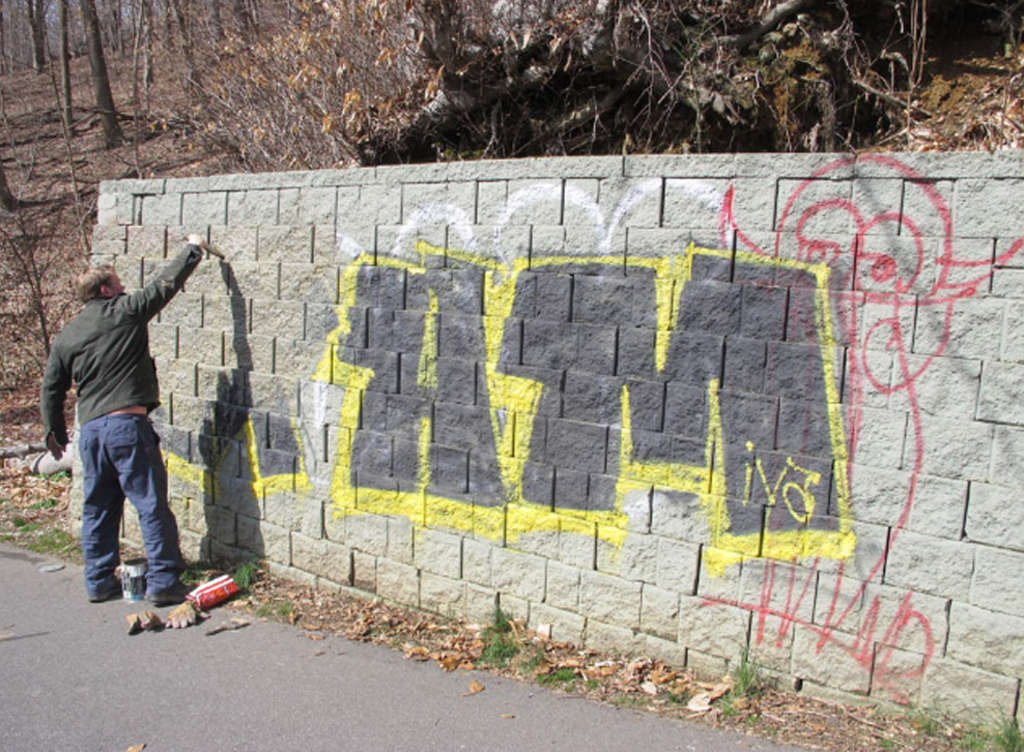 """Zack Bird cleans up on Lincoln Drive: """"I don´t want to compete with graffiti artists. But I want it out of the parks."""""""