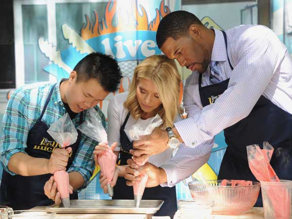 Sugar Philly´s Dan Tang making macarons with Kelly Ripa and Michael Strahan.