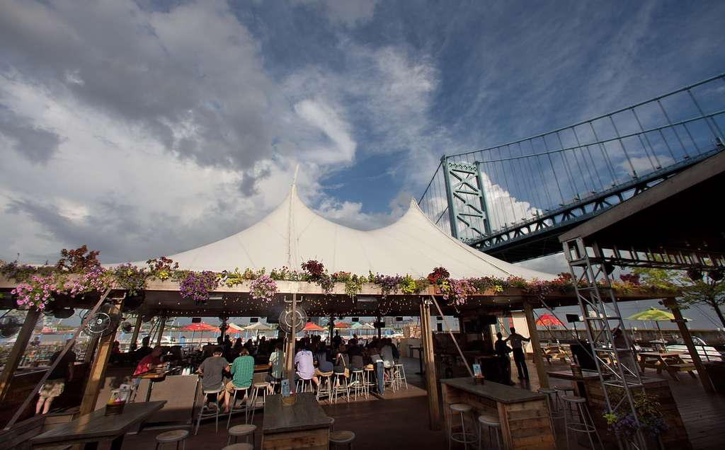 Morgan´s Pier, overlooking the Delaware River from beneath the Ben Franklin Bridge, combines summer fun with seasonal fare and festive drinks. The food, beverages, and party scene attract some 1,200 diners and revelers a night.