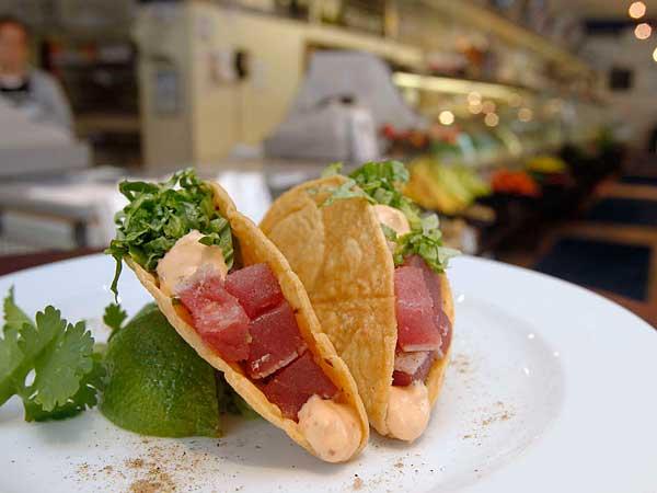 Sashimi tuna taco at Ippolito´s Seafood.