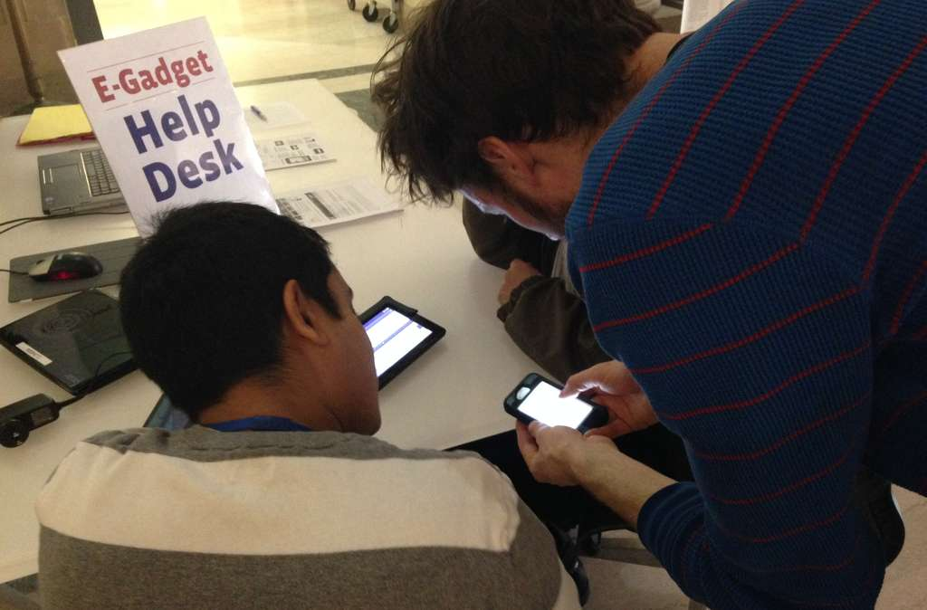 Digital resource specialists Harry Fishburn (left) and Scott Pinkelman at the library´s E-Gadget Holiday Help Desk.