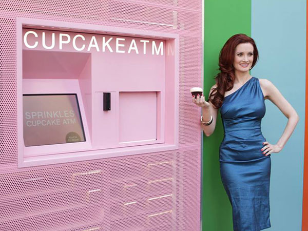 Holly Madison withdraws the first cupcake from Sprinkies´ Las Vegas ATM.