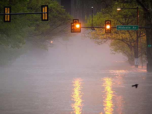 Heavy overnight rains sent the Schyulkill River over its banks at Kelly Drive near Midvale Avenue in the East Falls section of Philadelphia on Thursday morning. ALEJANDRO A. ALVAREZ / Staff Photographer