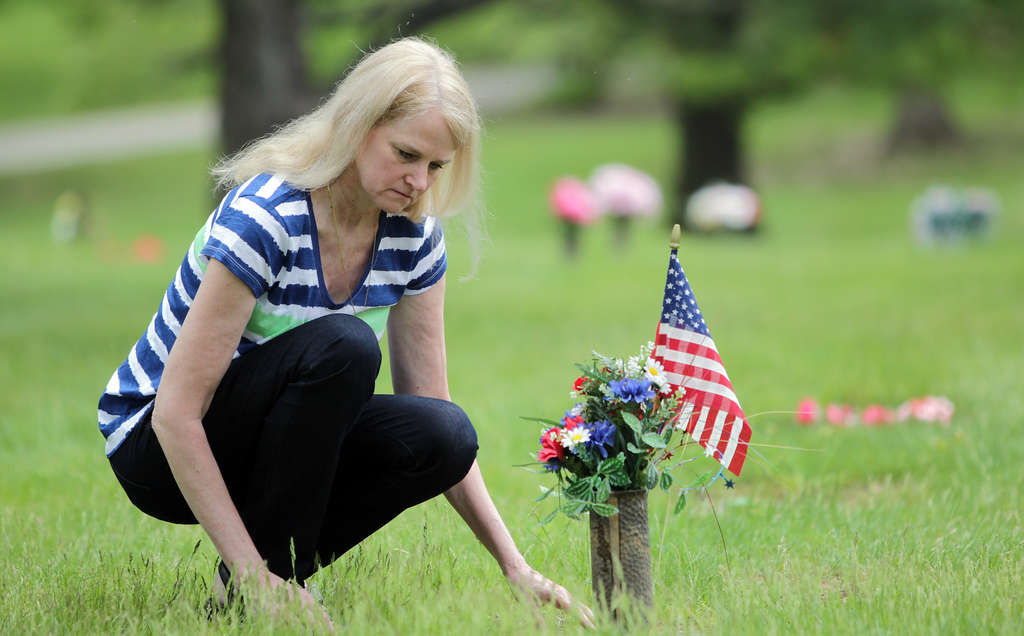 DAVID MAIALETTI / STAFF PHOTOGRAPHER Jeanne Sides Sewell visits the grave of her husband, Sgt. Thomas Sewell, in King of Prussia.