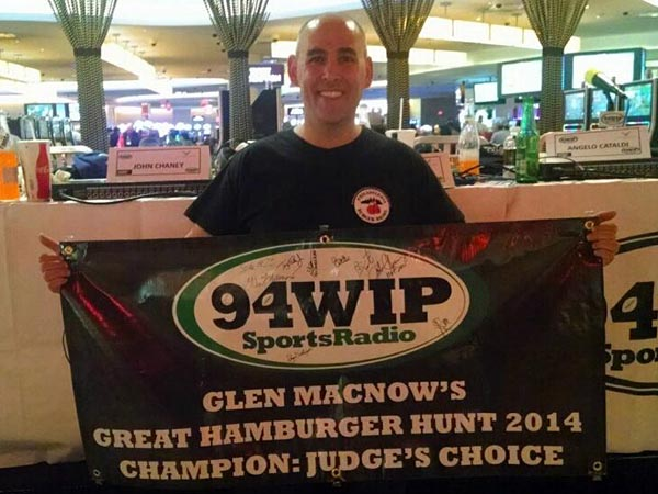 Rob Wasserman with the winner´s banner at Glen Macnow´s Great Burger Hunt.