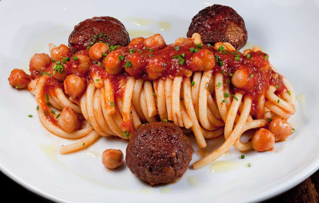 Bucatini and meatballs with chickpea ragout. The crispy sticks made from chickpea flour are also irresistible.
