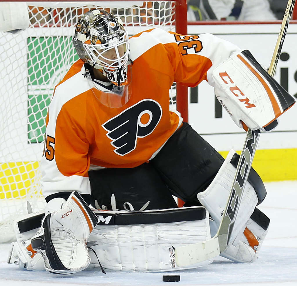 YONG KIM / STAFF PHOTOGRAPHER Flyers´ goalie Steve Mason says he has had trouble tracking the puck in the new lighting.