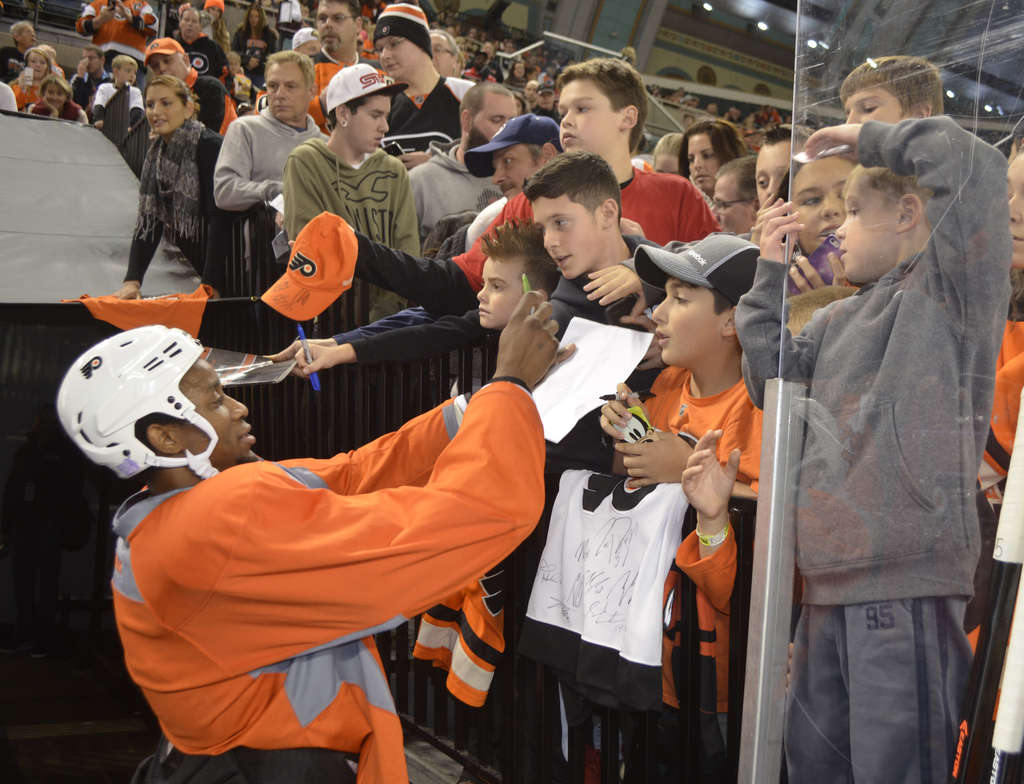 PHOTO: ZACK HILL / FLYERS Wayne Simmonds signs autographs during the Flyers´ public practice yesterday at Boardwalk Hall in Atlantic City.